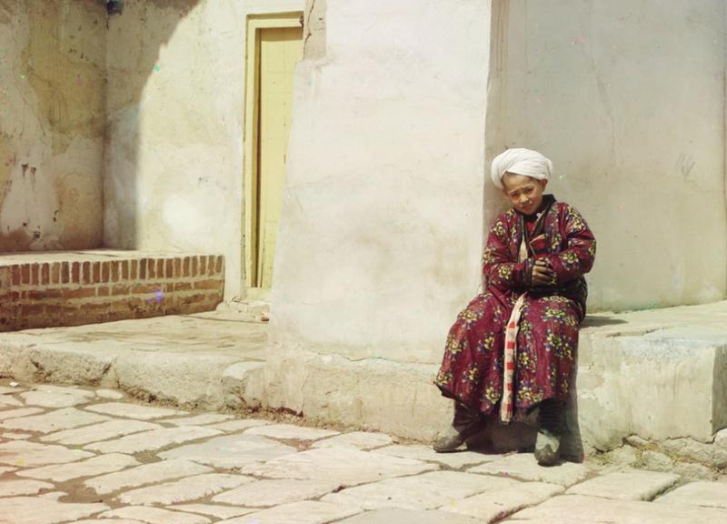 Chłopiec siedzi przed wejściem do meczetu w Samarkandzie , 1910 rok