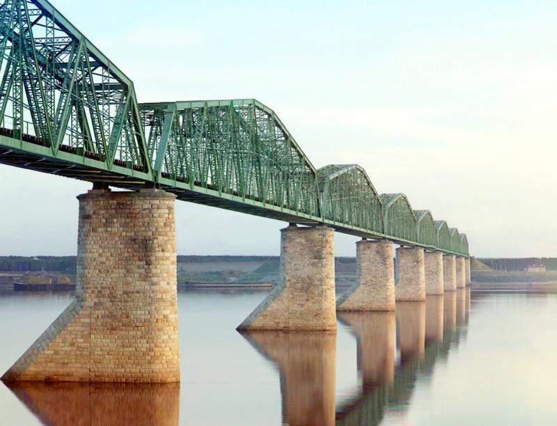 Most kolejowy na rzece Kama w pobliżu Permu, część trasy kolei transsyberyjskiej. 1910 rok