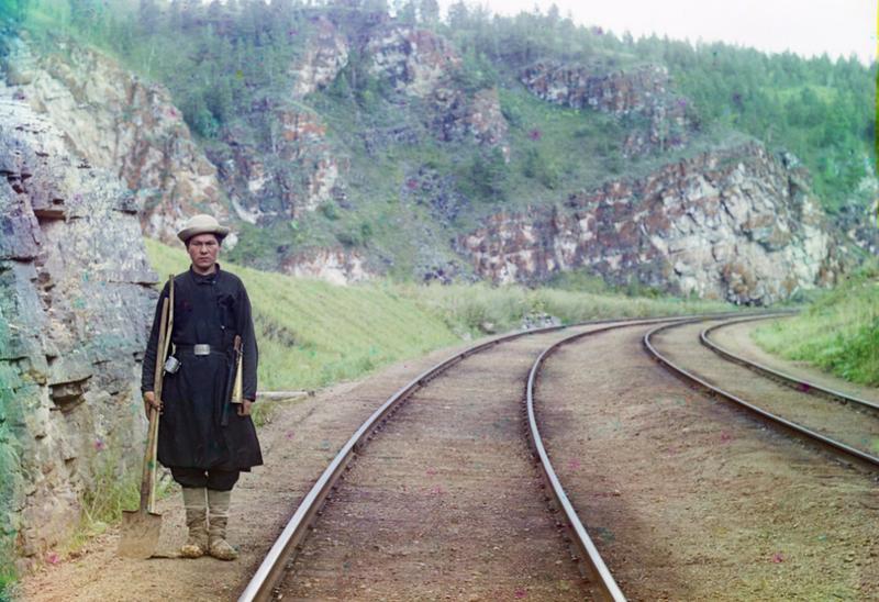 Zwrotniczy na trasie kolei transsyberyjskiej niedaleko miasta Ust Kataw przy rzece Jurjuzan, 1910 rok