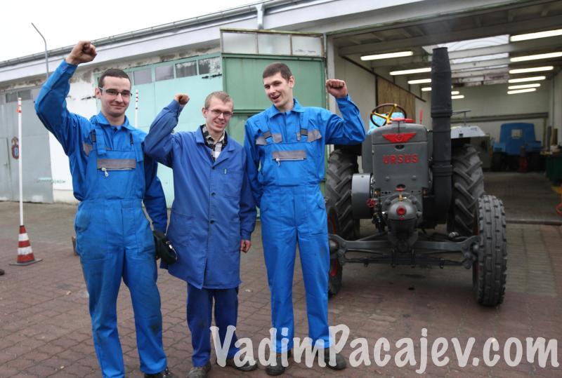 Od lewej Łukasz Potulski, Bartosz Klowczyński,Adam Sumisławski uczniowie szkoły którzy zajmowali się odbudową  ciagnika.