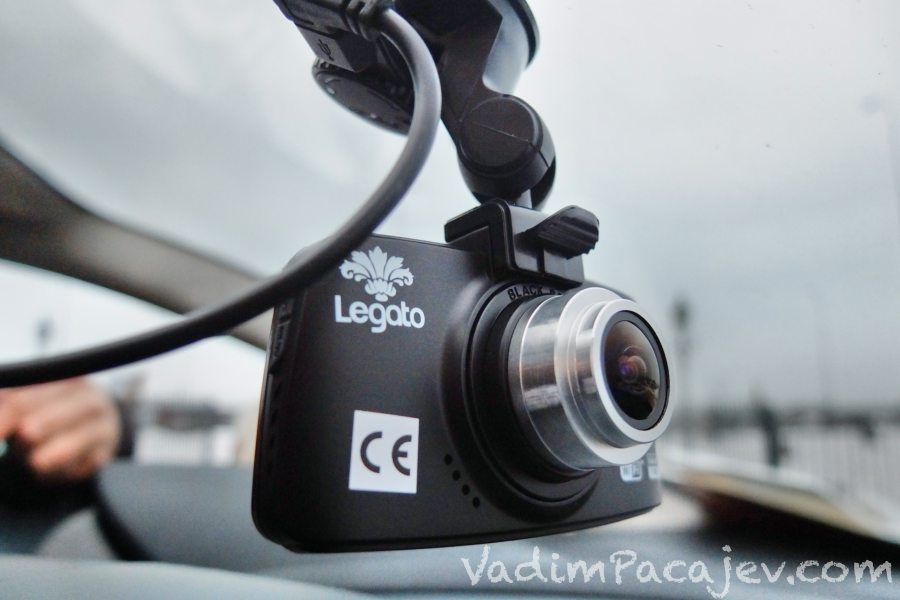 """Znacze CE czyli """"China Export"""" ;-) zajmuje niemal pół kamery, nie dało się tego zrobić w procesie produkcji na wtryskarce?"""