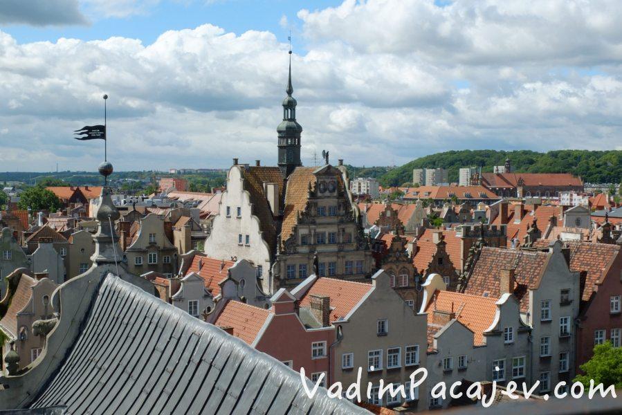 Gdansk, 11.07.015  widok na gdanskie Glowne Miasto z wiezy kamienicy przy ul. Mariackiej n z kamienice przy ul Piwnej fot. MIchal Fludra / Newspix.pl