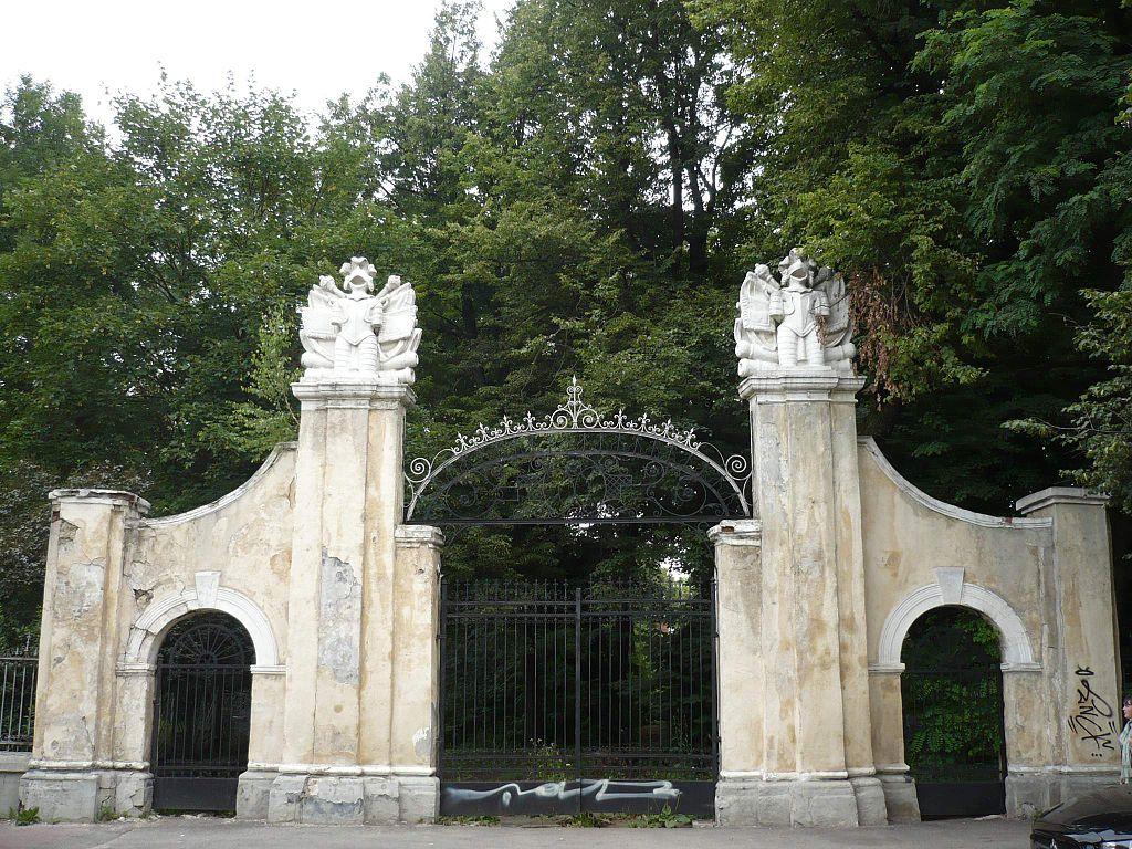 Brama do pałacu Potockich (2009 rok) fot. Tomasz Leśniowski/Wikipedia